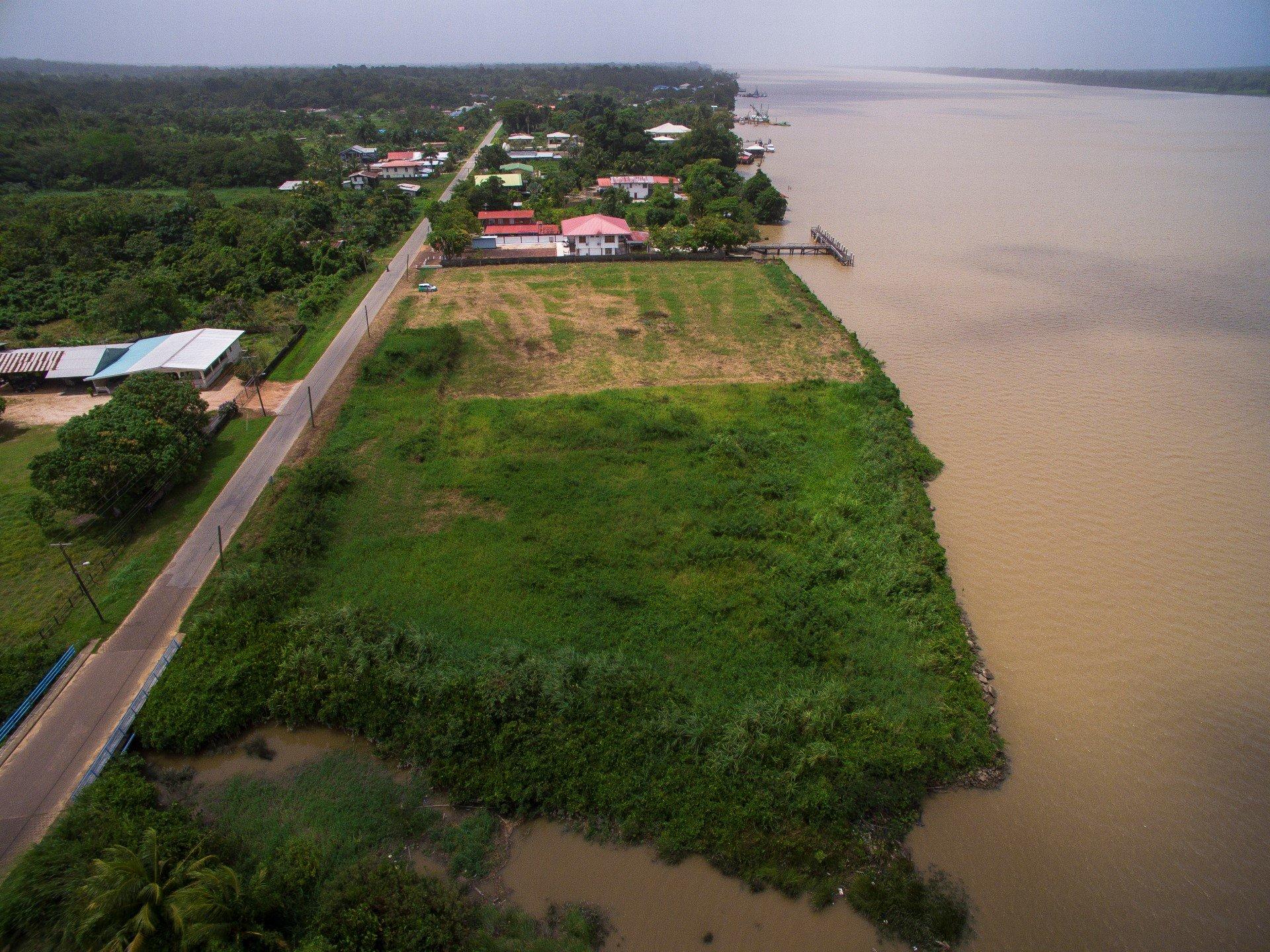 Sir Winston Churchillweg - Wonen langs de Suriname rivier op een eigendomskavel met beschoeiing; compleet opgehoogd. - Surgoed Makelaardij NV - Paramaribo, Suriname