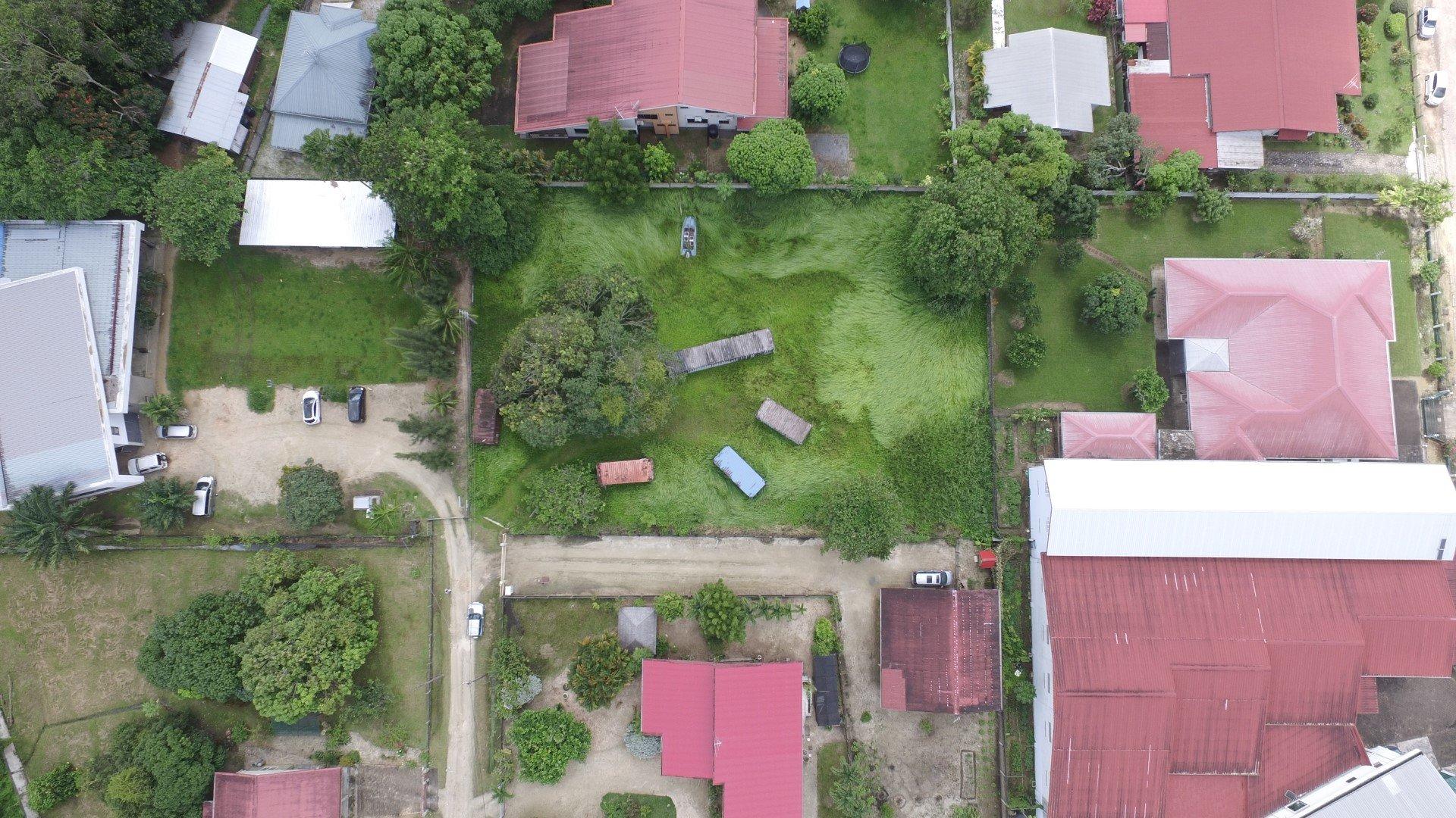 Hendrykus Loorweg 3 - Een buitenkans voor degene die in het druk bevolkte Uitvlugt een zeldzaam groot terrein willen voor het bouwen van een droomwoning. - Surgoed Makelaardij NV - Paramaribo, Suriname