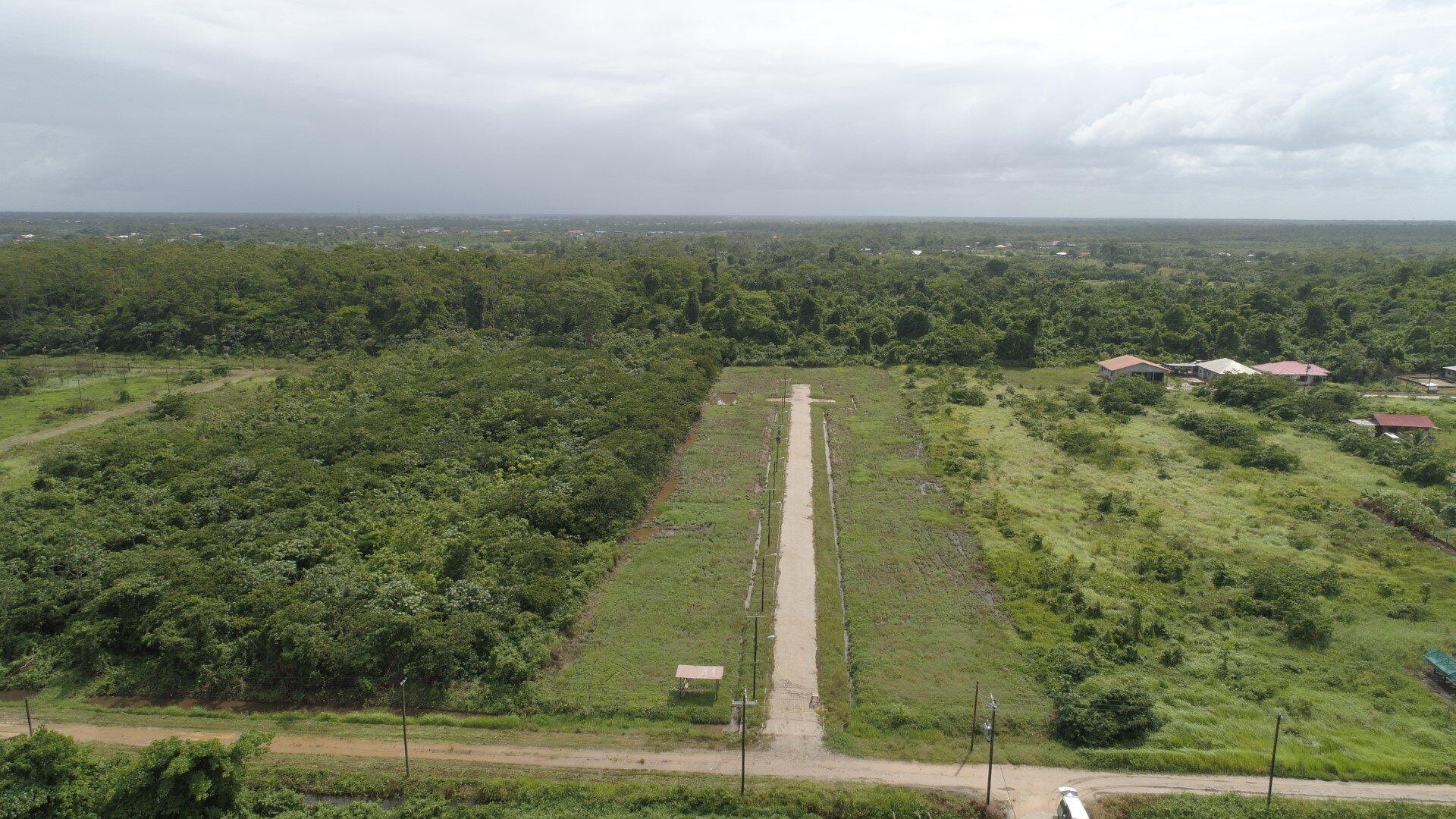 Zijstraat Richard Van Geenenweg - Een natuurgebied in ontwikkeling biedt kavels aan tegen een vriendelijke prijs. - Surgoed Makelaardij NV - Paramaribo, Suriname