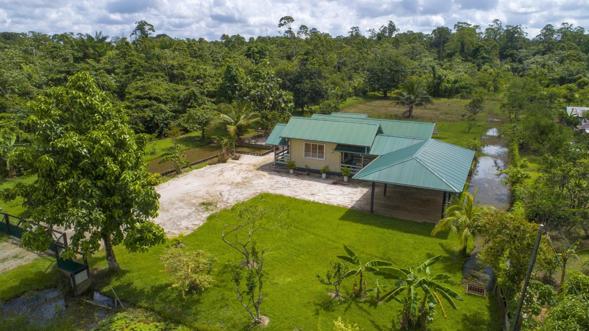 Tawajariepolderweg 40a - Op een korte afstand rijden van Paramaribo staat per direct deze bijzondere woning te koop! - Surgoed Makelaardij NV - Paramaribo, Suriname