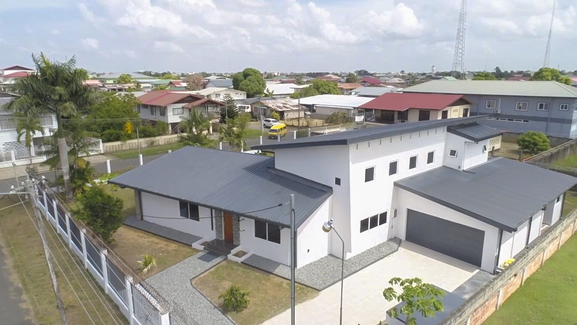 Moengolaan hk Roraclaan - Tijdloos onder architectuur gebouwde woning uit de jaren 50, modern en voorzien van alle gemakken. - Surgoed Makelaardij NV - Paramaribo, Suriname