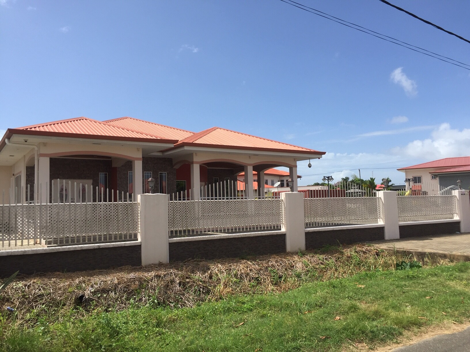 Osembolaan 6 - Ruime woning te Uitvlugt - Surgoed Makelaardij NV - Paramaribo, Suriname