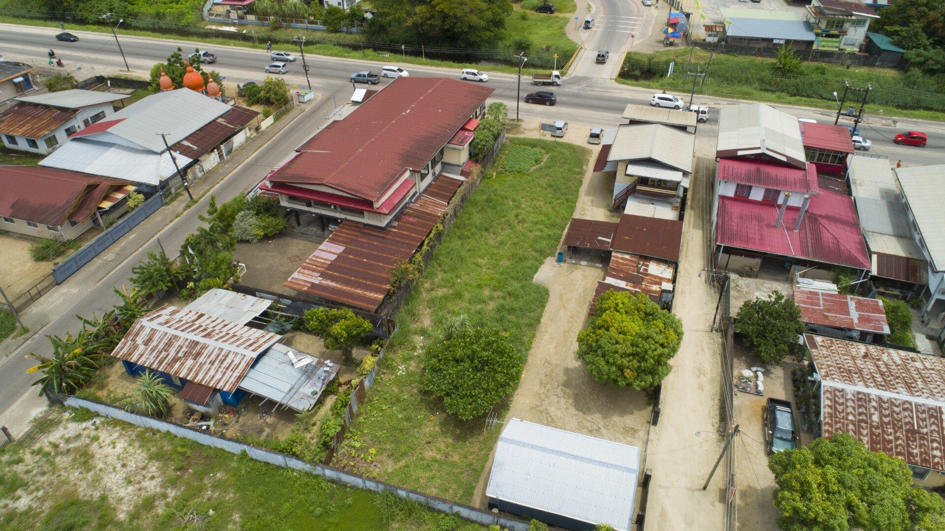 Indira Gandhiweg - Strategisch gelegen perceel bestemd voor zakelijke doeleinden aan de Indira Gandhiweg, tegenover Nieuwweer Gevondenweg. - Surgoed Makelaardij NV - Paramaribo, Suriname