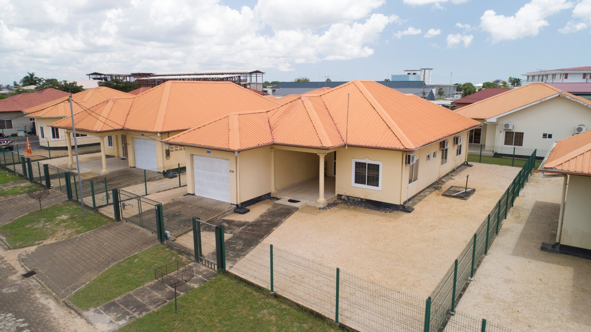 Jainarain Sohansinghlaan 35 - Laagbouw woning op een semi-gated project - Surgoed Makelaardij NV - Paramaribo, Suriname