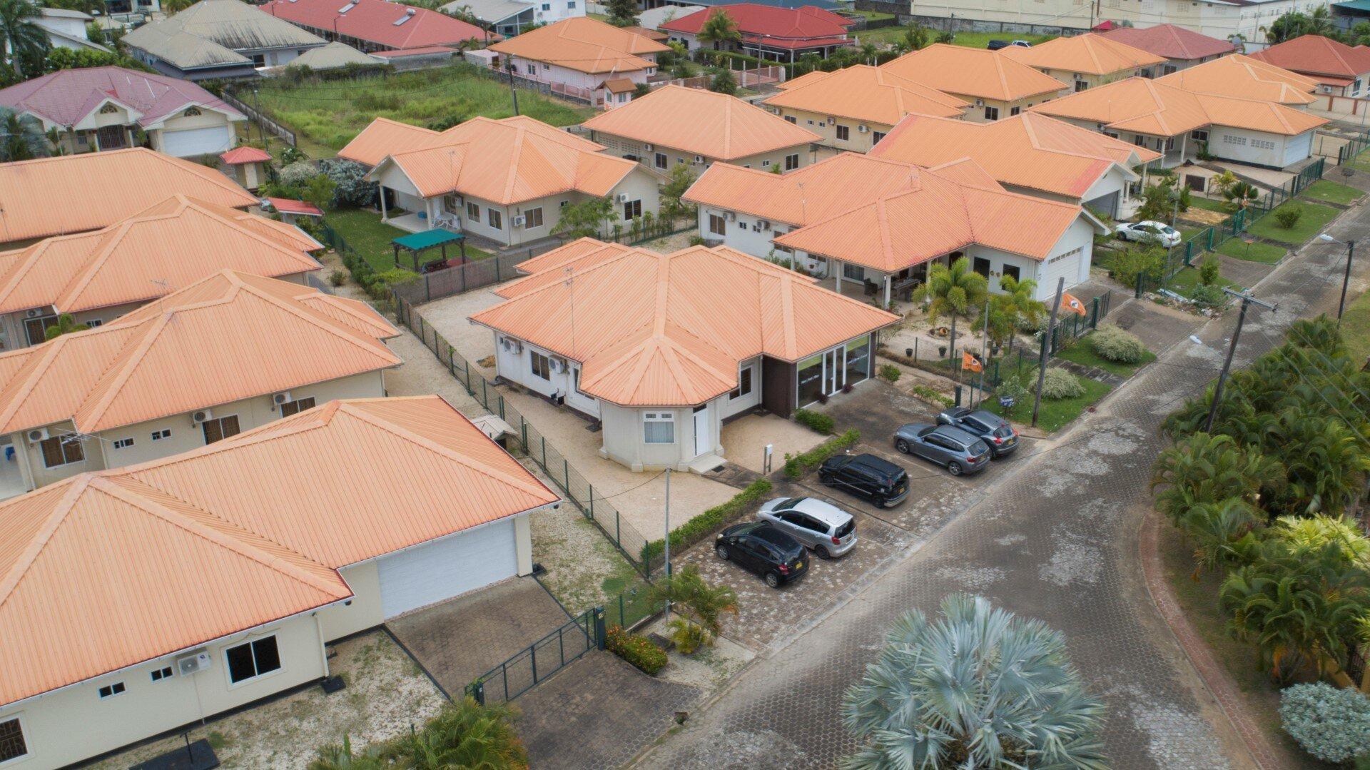 Jainarain Sohansinghlaan 42 - Laagbouw woning met dubbele garage op semi-gated project - Surgoed Makelaardij NV - Paramaribo, Suriname