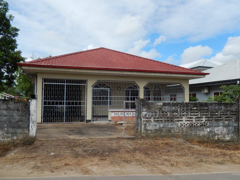 Aquariusstraat 89 - Een simpele middenstandswoning met de nodige voorzieningen. - Surgoed Makelaardij NV - Paramaribo, Suriname