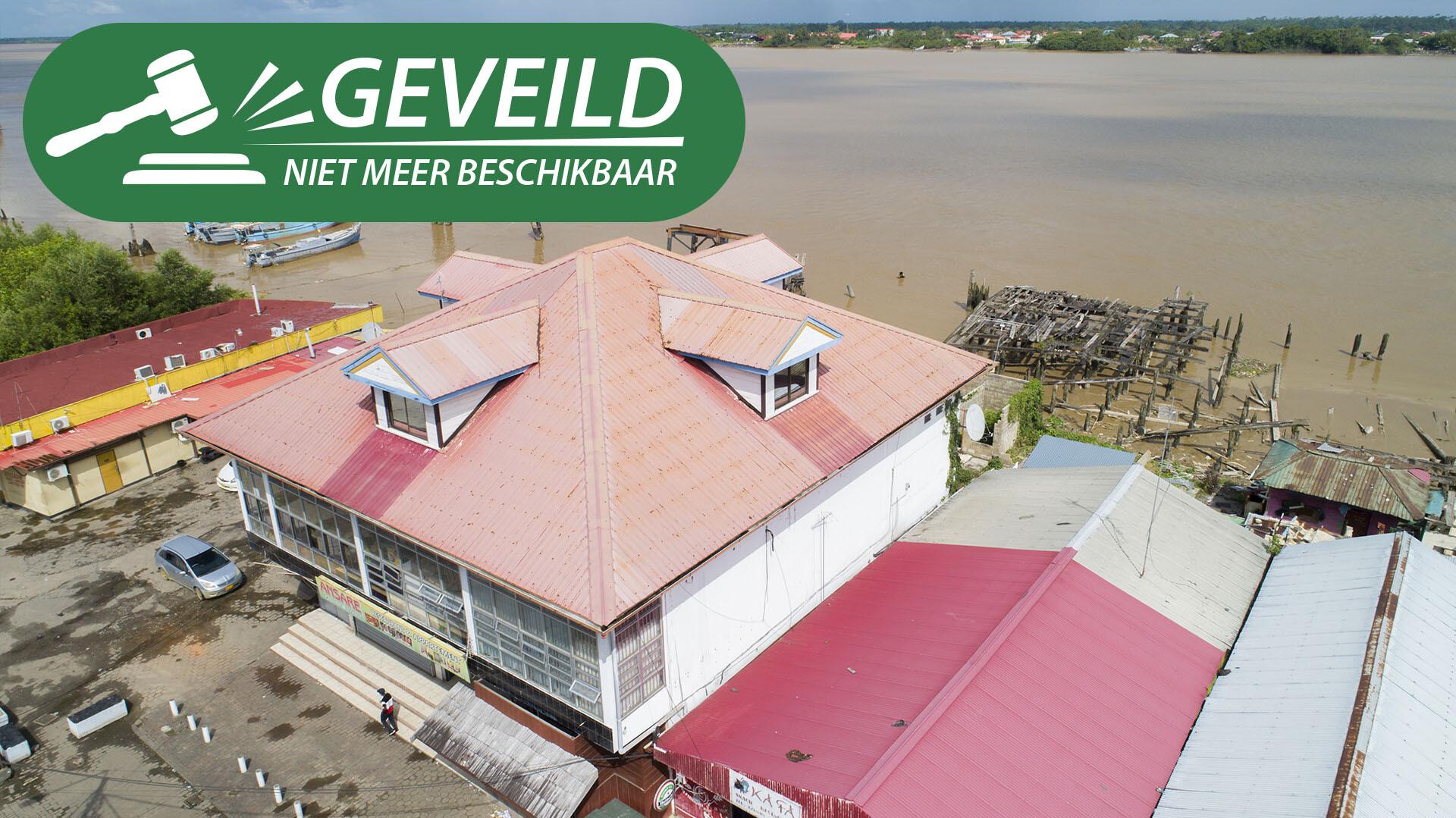 Waterkant ten Westen van de veersteiger - Winkelpand gelegen op een A1-locatie - Surgoed Makelaardij NV - Paramaribo, Suriname